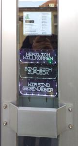 Das neue, beleuchtete Türschild an der Haupttür