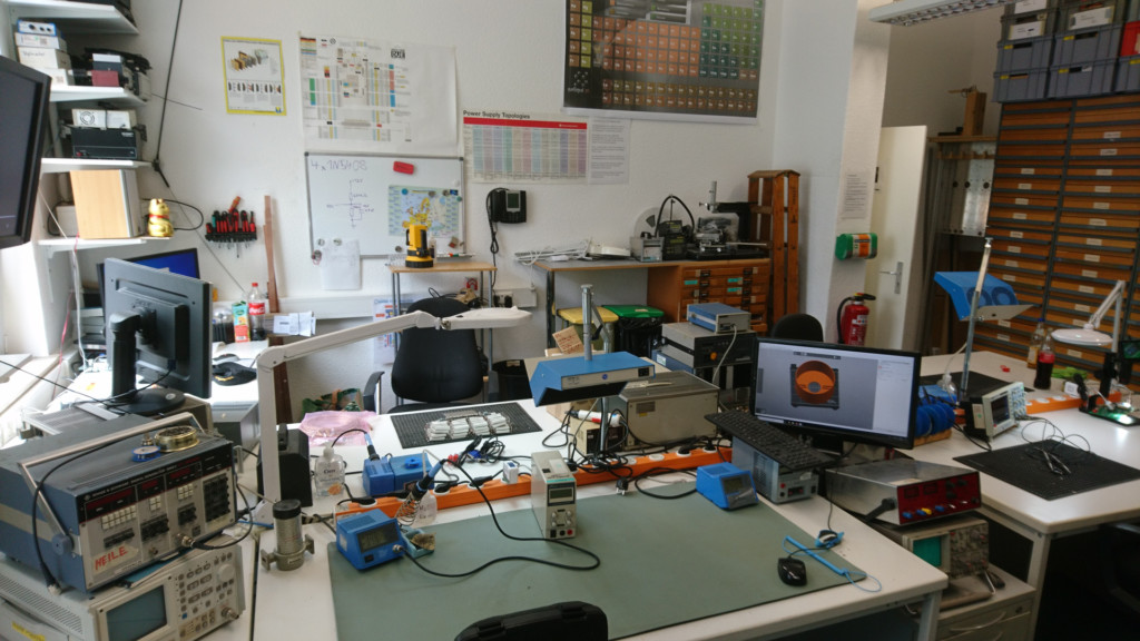 Die Arbeitsplätze sind alle mit Lötkolben und Netzteilen ausgestattet