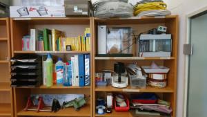 Regal mit Ätzgeräten, Material und Nachschlagewerken